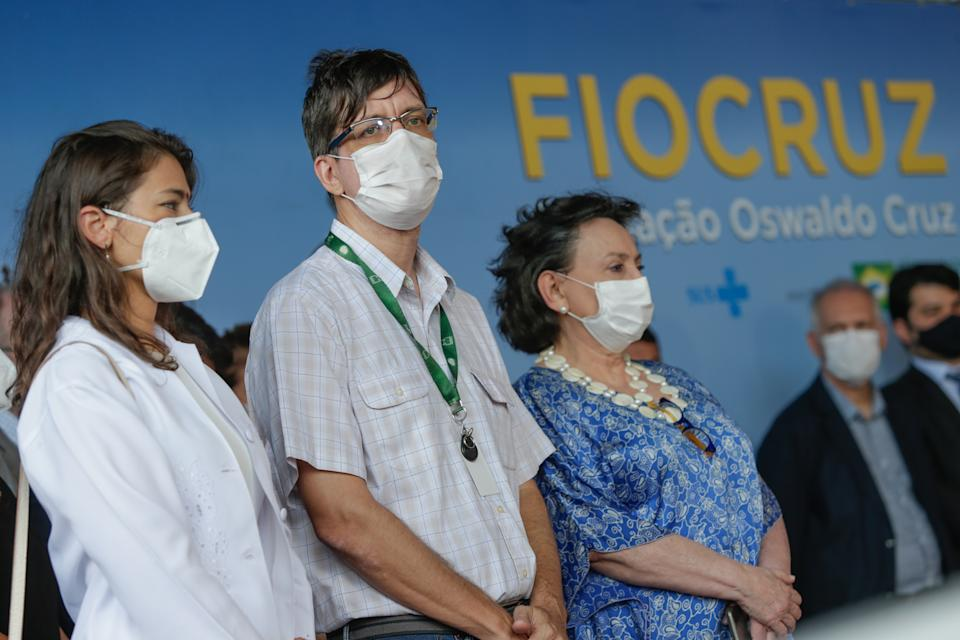 RIO DE JANEIRO, BRAZIL - JANUARY 23: Researchers Sarah Ananda Gomes (L), Estevao Portela (C) and Margareth Dalcolmo (R) stand in line as the first healthcare workers to receive the dose of the Astrazeneca/Oxford vaccine at the Osvaldo Cruz Foundation (FIOCRUZ) on January 23, 2021 in Rio de Janeiro, Brazil. Brazil imported 2 million doses of the vaccine, developed by Serum laboratory, in India. (Photo by Andre Coelho/Getty Images)