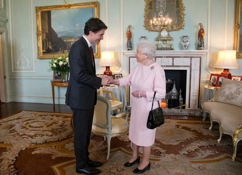 Canadian Prime Minister Justin Trudeau (L) meets Britain's Queen Elizabeth II during a private audience at Buckingham Palace in London on November 25, 2015 (AFP Photo/Yui Mok)