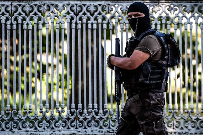 A Turkish special forces police officer patrols near the site at Dolmabahce palace in Istanbul where shots were fired at police on August 19, 2015 (AFP Photo/Ozan Kose)