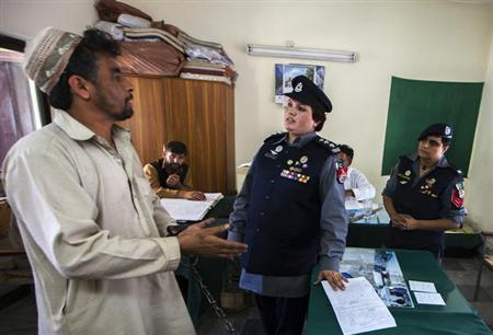 Pakistani Police Inspector Shazadi Gillani (C) interrogates an accused kidnapper at a police station in Abbottabad September 18, 2013. REUTERS/Zohra Bensemra/Files