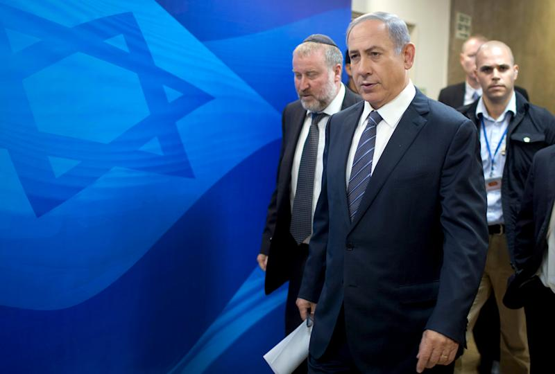 Israel's Prime Minister Benjamin Netanyahu (R) and Cabinet Secretary Avichai Mandelblit (L) arrive at the weekly cabinet meeting in Jerusalem September 6, 2015. Netanyahu said on Sunday Israel could not afford to take in refugees fleeing the war in neighbouring Syria and vowed to surround Israel with security fences on all its borders. REUTERS/Menahem Kahana/Pool