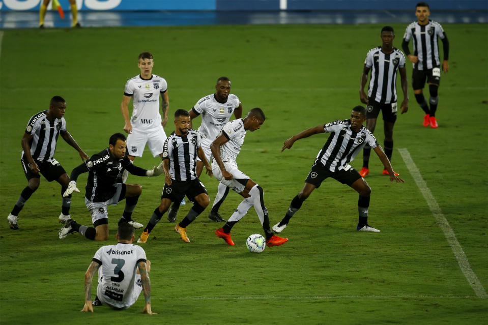 RIO DE JANEIRO, BRAZIL - OCTOBER 31: Cleber (C) of Ceara runs with the ball next to Caio Alexandre (L) and Kanu(R) of Botafogo during the match between Botafogo and Ceara as part of the Brasileirao Series A at Engenhao Stadium on October 31, 2020 in Rio de Janeiro, Brazil. (Photo by Bruna Prado/Getty Images)