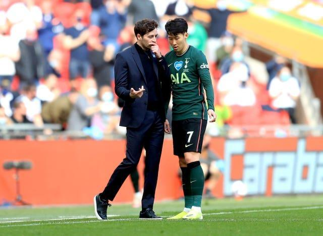 Ryan Mason speaks to Son Heung-min during the Carabao Cup final