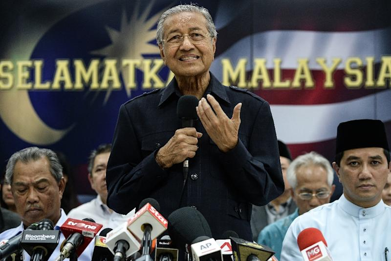 Former Malaysian prime minister Mahathir Mohamad (C) speaks during a press conference with members of the opposition party in Kuala Lumpur on March 4, 2016 (AFP Photo/Mohd Rasfan)