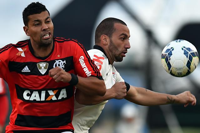 Guilherme (R) of Corinthians vies for the ball with Andre Santos (L) of Flamengo during their Brazilian championship football match at Pacaembu stadium in Sao Paulo, Brazil on April 27, 2014 (AFP Photo/Nelson Almeida)