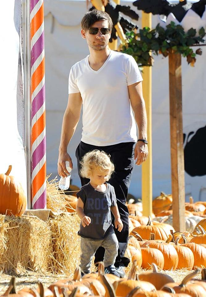 """Also making hay? """"Spider-Man"""" star Tobey Maguire and his son Otis, 1. Sis Ruby, who turns 4 in November, and mom Jennifer Meyer also perused the patch. VLUV/<a href=""""http://www.splashnewsonline.com"""" target=""""new"""">Splash News</a> - October 10, 2010"""