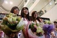 Shu Yun (L), Mio and Nadiah in their moment of glory. (Yahoo! photo)