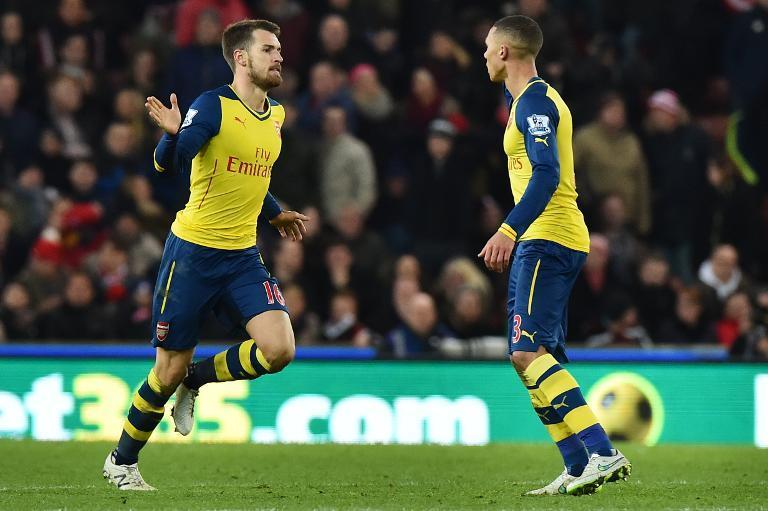 Arsenal's Aaron Ramsey (L) celebrates after scoring during their Premier League match against Stoke City in Stoke-on-Trent on December 6, 2014 (AFP Photo/Ben Stansall)