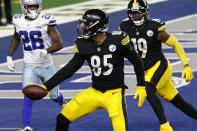 Pittsburgh Steelers tight end Eric Ebron (85) catches a pass for a touchdown as JuJu Smith-Schuster (19) and Dallas Cowboys cornerback Jourdan Lewis (26) look on in the second half of an NFL football game in Arlington, Texas, Sunday, Nov. 8, 2020. (AP Photo/Ron Jenkins)