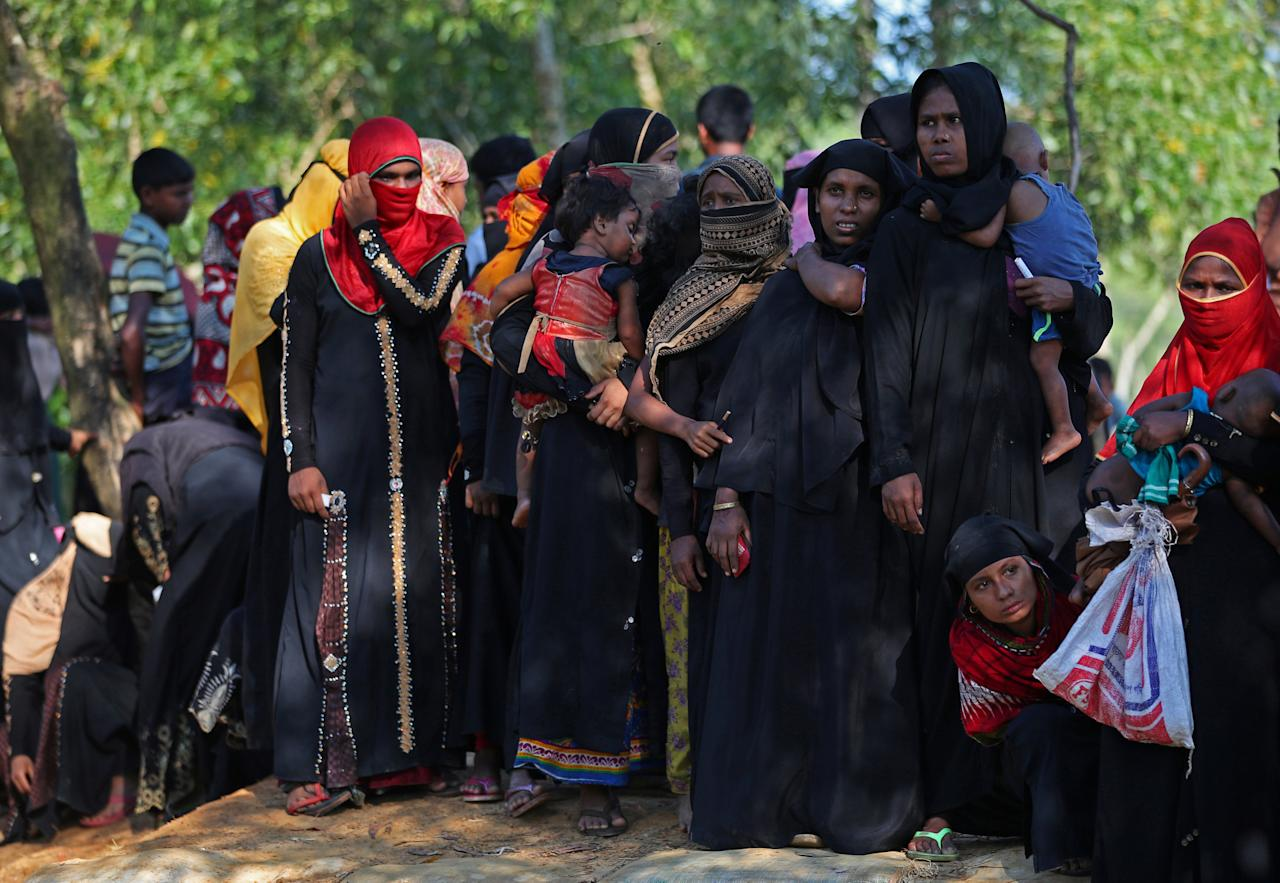 Rohingya refugees line up to receive humanitarian aid in Kutupalong refugee camp near Cox's Bazar, Bangladesh, October 23, 2017. REUTERS/Hannah McKay
