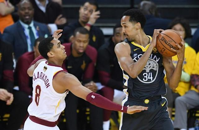 Shaun Livingston (R) of the Golden State Warriors controls the ball against Jordan Clarkson of the Cleveland Cavaliers