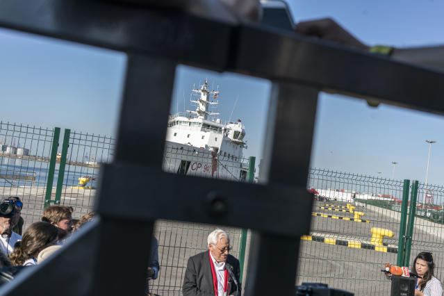 <p>A ship from the Italian Coast Guard, seen through part of the infrastructure of the port of Valencia. (Photo: José Colón for Yahoo News) </p>