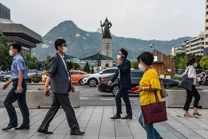 Pedestrians in face masks are a common sight in South Korea. (Photo: Simon Shin/SOPA Images/LightRocket via Getty Images)