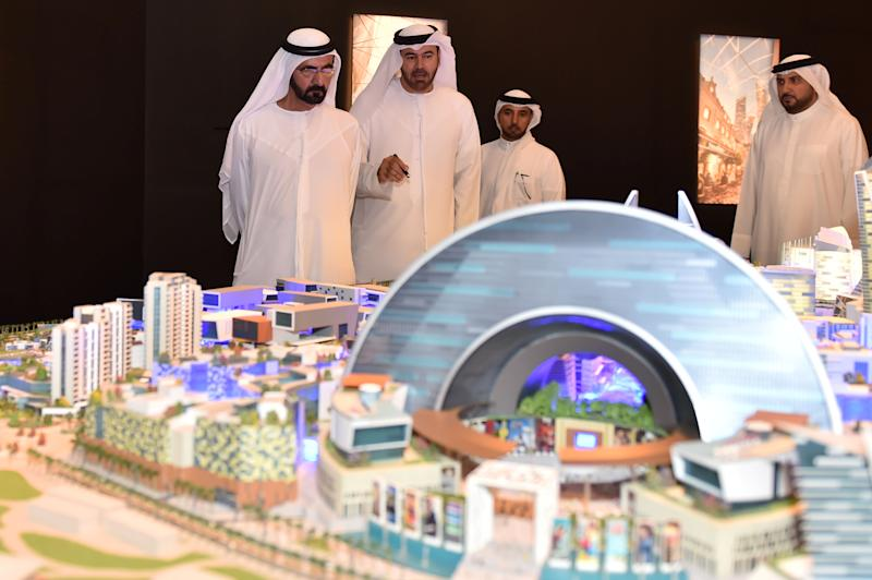 "Sheikh Mohammed of Dubai (left) looks at a mock-up of the ""Mall of the World"" project during its presentation in Dubai on July 6, 2014 (AFP Photo/)"