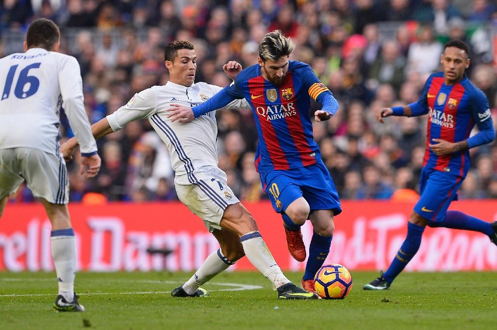 Barcelona's forward Lionel Messi (2ndR) vies with Real Madrid's forward Cristiano Ronaldo during the Spanish league football match December 3, 2016 (AFP Photo/JOSEP LAGO)