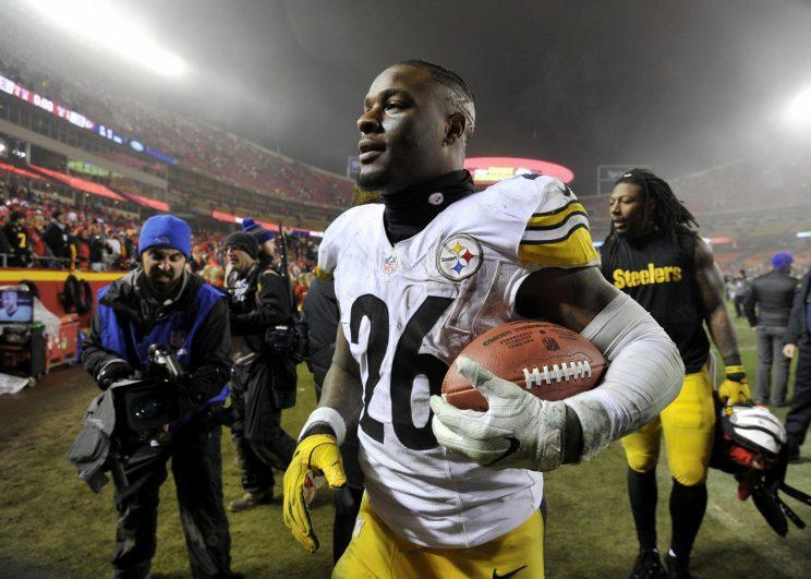 Le'Veon Bell and the Steelers have until 4 p.m. Eastern on Monday to agree to a long-term deal. (AP)