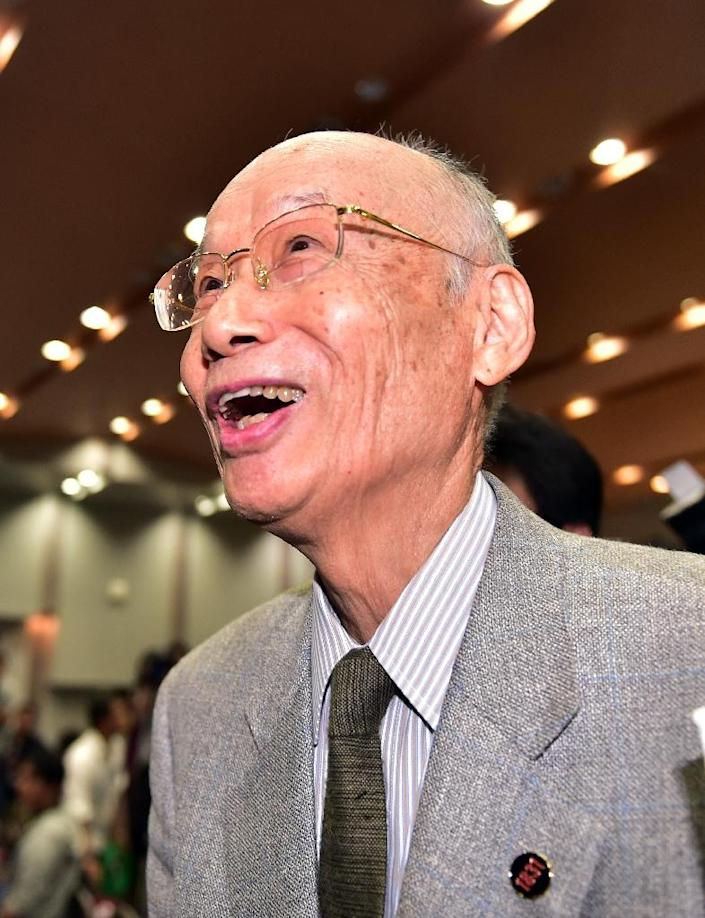 Satoshi Omura, professor of Kitasato University, reacts as he is congratulated by students after winning the 2015 Nobel Prize for Medicine, while attending a press conference at the Kitasato campus in Tokyo on October 5, 2015 (AFP Photo/Yoshikazu Tsuno)