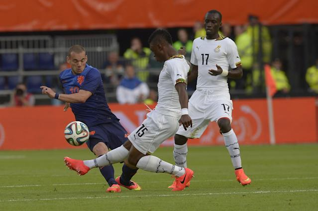 Netherlands Wesley Sneijder, left, fights for the ball with Sumaila Rashid from Ghana, during their international friendly soccer match between The Netherlands and Ghana at De Kuip stadium in Rotterdam, Netherlands, Saturday, May 31, 2014. (AP photo/Ermindo Armino)