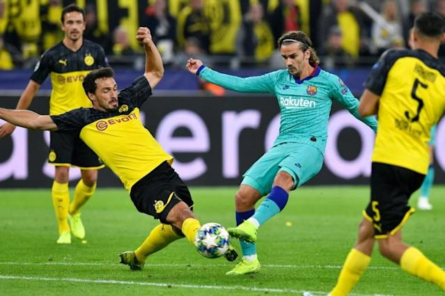 Borussia Dortmund defender Mats Hummels blocks a shot by Barcelona's Antoine Griezemann on Tuesday in the Champions League. (AFP Photo/John MACDOUGALL)