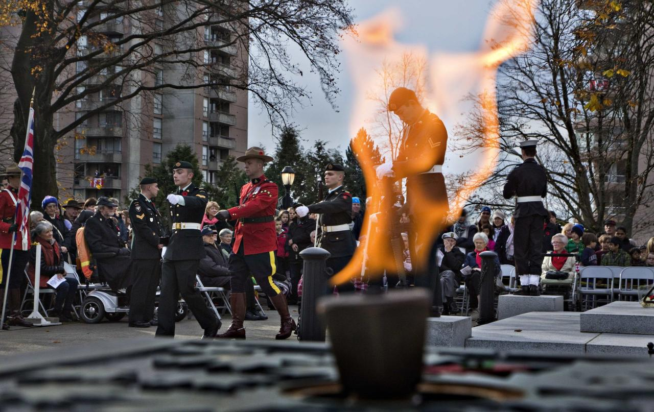 An Eternal Flame burns during Remembrance Day ceremonies at the War Memorial in North Vancouver, British Columbia November 11, 2013. REUTERS/Andy Clark (CANADA - Tags: SOCIETY CONFLICT ANNIVERSARY MILITARY)