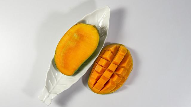 <p>Ripe mangoes are considered refreshing. The juice can be used as a restorative tonic to fight heat stroke. Raw mangoes have also been found to be energising, allowing one to cool off the heat. Mangoes also keep the body well hydrated, which is one more reason they are preferred in hot summers. </p>