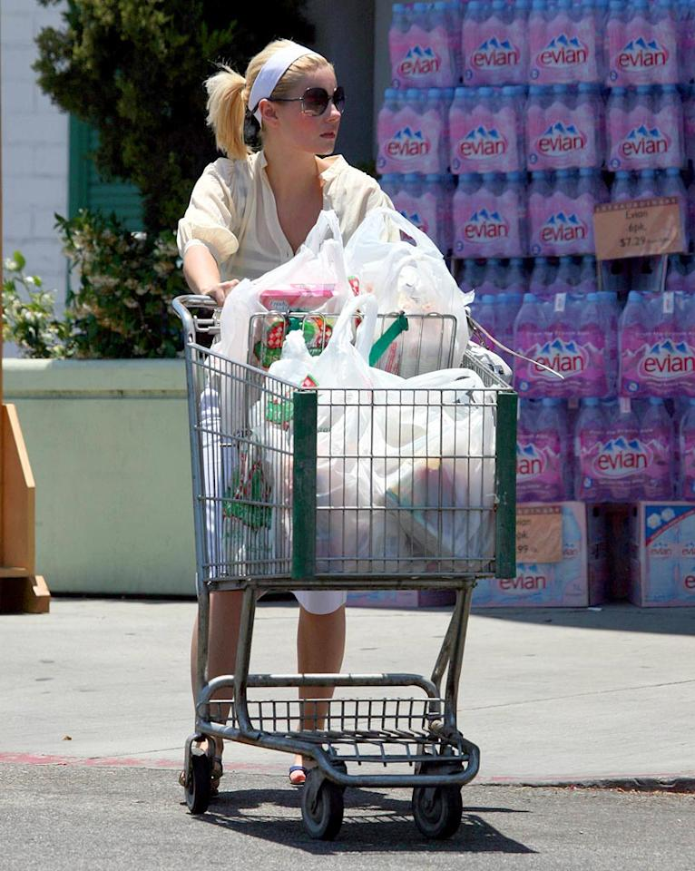 """Elisha Cuthbert is actually dressed sensibly for a trip the grocery store. No patent leather pumps here! <a href=""""http://www.x17online.com"""" target=""""new"""">X17 Online</a> - June 27, 2007"""