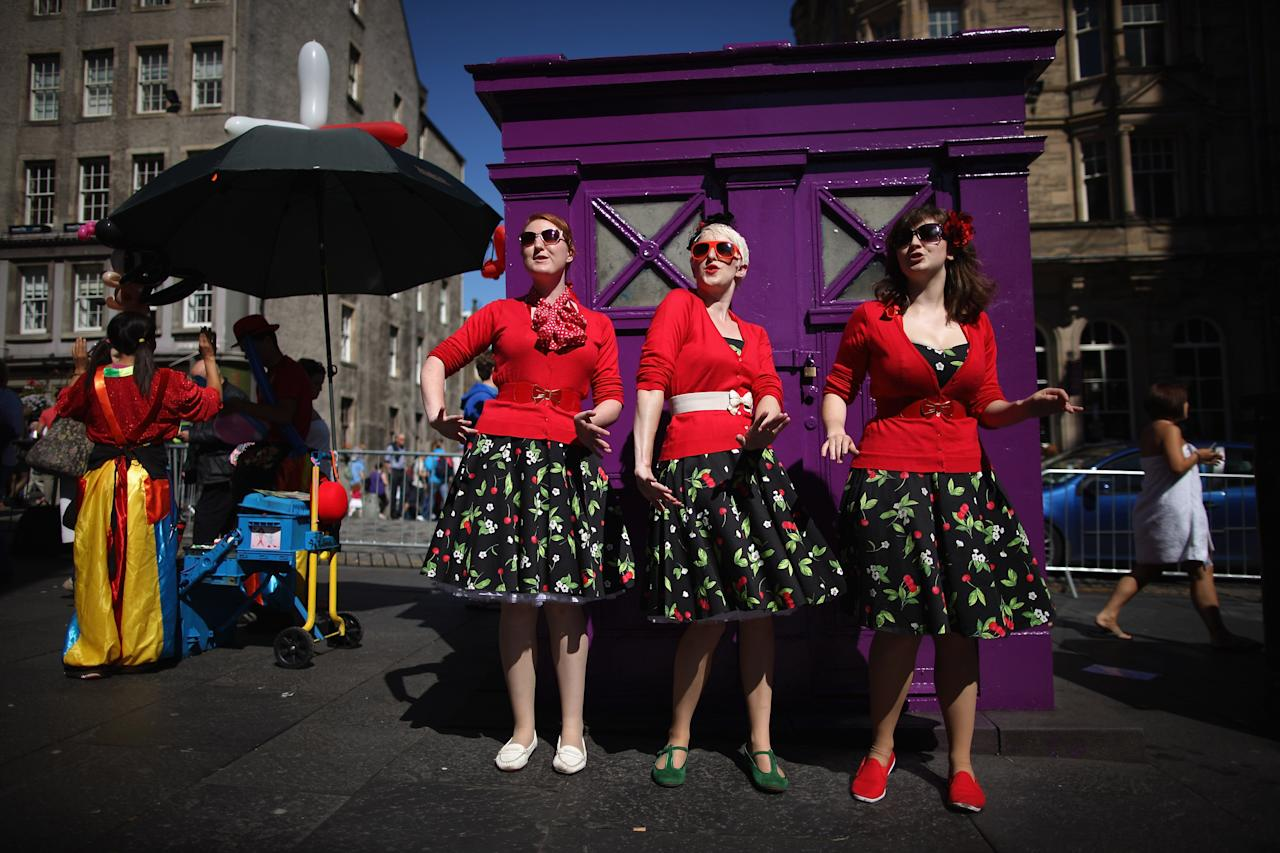 Street entertainers perform on the Royal Mile to promote their shows during in the Edinburgh Fringe Festival on August 7, 2012 in Edinburgh, Scotland. (Photo by Dan Kitwood/Getty Images)