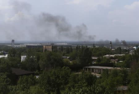 Smoke rises from Donetsk international airport during heavy fighting between Ukrainian and pro-Russian forces May 26, 2014. REUTERS/Maxim Zmeyev