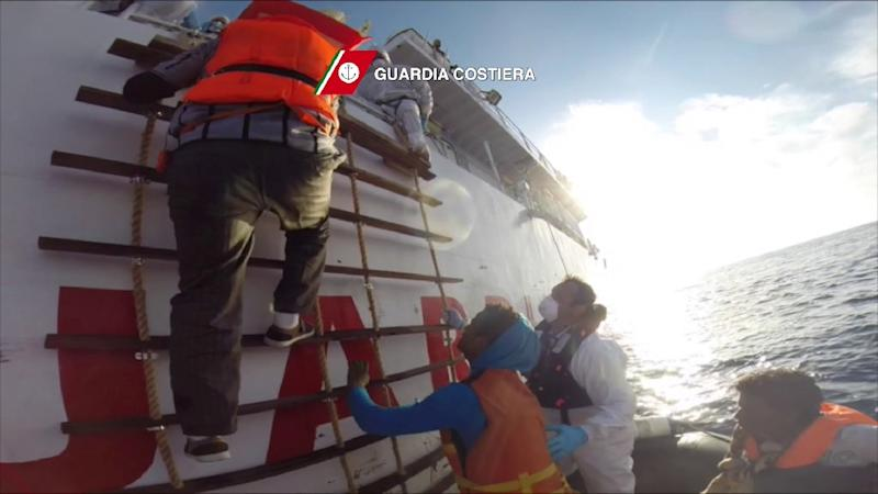 Italian coastguards rescue migrants off the coast of Sicily, on April 12, 2015 (AFP Photo/)