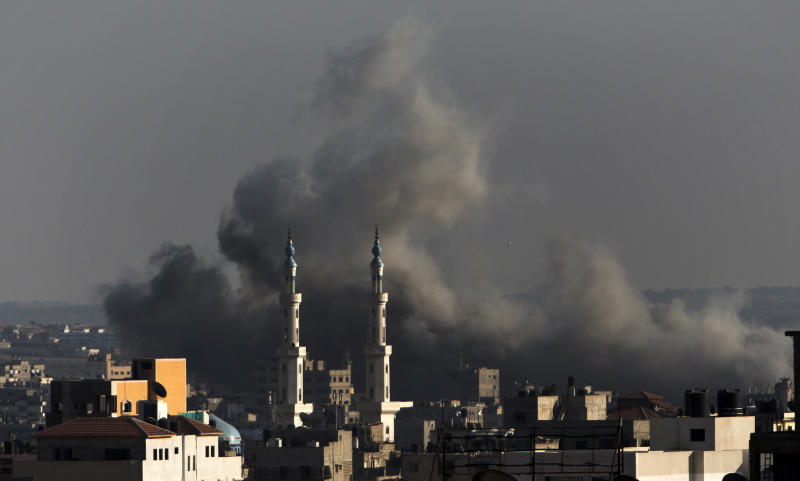 Smoke billows following an Israeli military strike on Gaza City on August 8, 2014 (AFP Photo/Mahmud Hams)