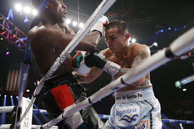 Floyd Mayweather Jr., left, battles Marcos Maidana, from Argentina, in their WBC-WBA welterweight title boxing fight Saturday, May 3, 2014, in Las Vegas. (AP Photo/Eric Jamison)