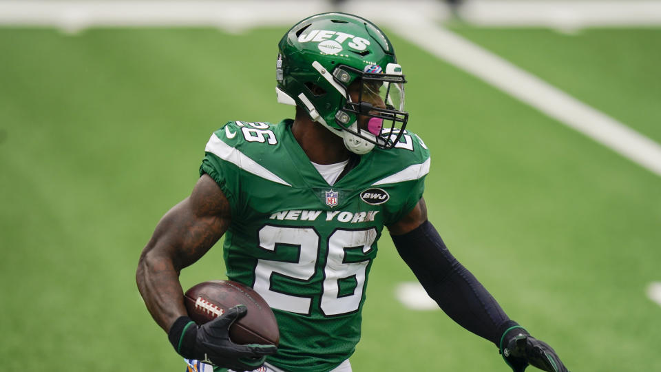 New York Jets running back Le'Veon Bell runs the ball during the first half of an NFL football game against the Arizona Cardinals, Sunday, Oct. 11, 2020, in East Rutherford, N.J. (AP Photo/Seth Wenig)
