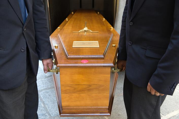Funeral. Coffin carriers.