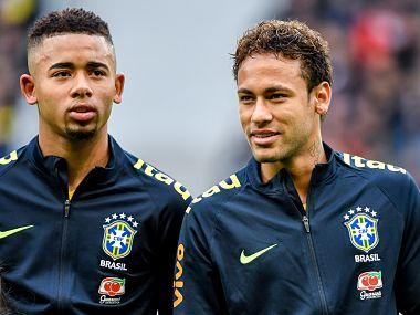 """Brazil's forward Neymar (R) stands with teammate forward Gabriel Jesus ahead of a friendly football match between Japan and Brazil at The """"Pierre Mauroy """" Stadium in Villeneuve d'Ascq on November 10, 2017. Neymar scored a penalty and missed another as Brazil signalled their intent ahead of next year's World Cup by outclassing Japan 3-1 in the international friendly in Lille. / AFP PHOTO / PHILIPPE HUGUEN"""