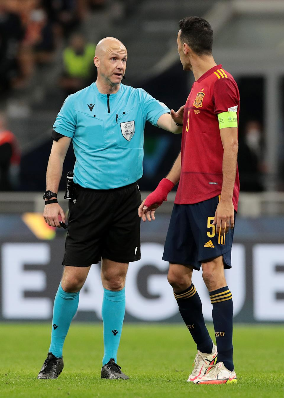 MILAN, ITALY - OCTOBER 10: Match referee, Anthony Taylor speaks with Sergio Busquets of Spain during the UEFA Nations League 2021 Final match between Spain and France at San Siro Stadium on October 10, 2021 in Milan, Italy. (Photo by Emilio Andreoli - UEFA/UEFA via Getty Images)