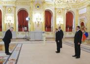 Russian President Vladimir Putin (2nd R, front), Foreign Minister Sergei Lavrov (R, back) and new U.S. ambassador to Russia John Tefft (L) attend a ceremony to hand over credentials at the Kremlin in Moscow, November 19, 2014. REUTERS/Mikhail Klimentyev/RIA Novosti/Kremlin