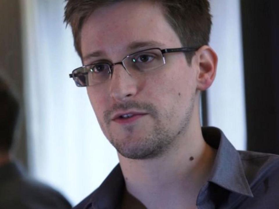 Russian newspaper reports Snowden discussed his flight plans with consulate in Hong Kong prior to departure, despite Putin claims his arrival was 'complete surprise'
