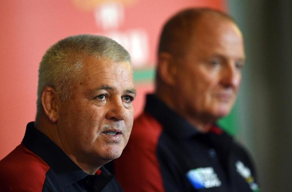 Wales coach Warren Gatland (L) said it was essential his team do not get bogged down by a strong English pack, notably after injuries to props Samson Lee, Paul James and Aaron Jarvis against Uruguay (AFP Photo/Loic Venance)