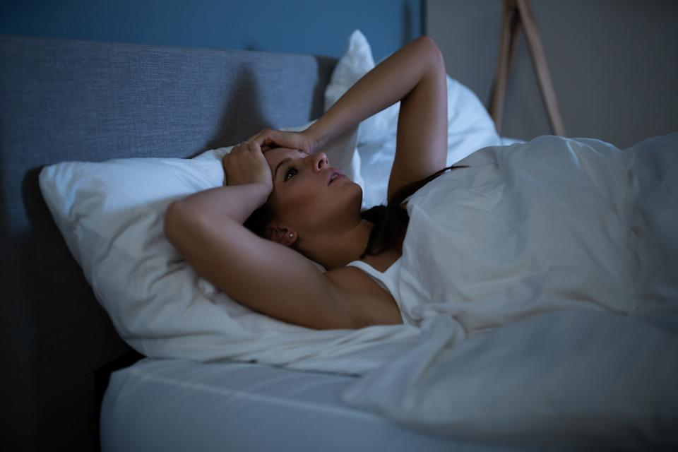 Photo Young Contemplated Woman Lying On Bed