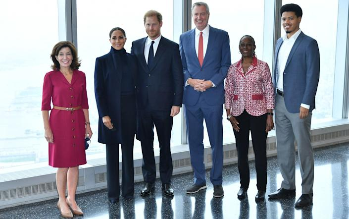 Governor Kathy Hochul, Meghan, Duchess of Sussex, Prince Harry, Duke of Sussex, NYC Mayor Bill De Blasio, Chirlane McCray and Dante de Blasio pose at One World Observatory - Getty Images North America