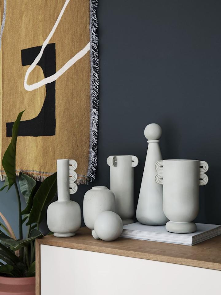 """<p>Vase Muses, Ferm Living, 79 €</p><br/><a target=""""_blank"""" href=""""https://fermliving.com/products/muses-calli?variant=29918840815680"""">Acheter</a>"""