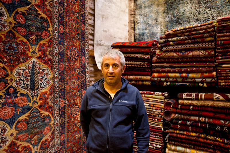 Ismail Ipek in the carpet store he works: Yusuf Sayman