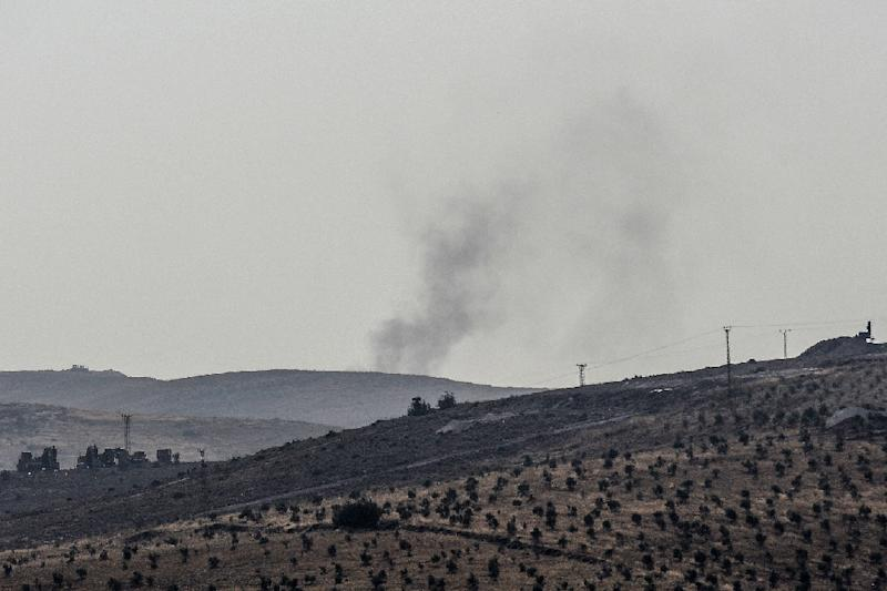 Turkish forces fired seven mortars over the border with the aim of easing the passage of the pro-Ankara Syrian forces. (AFP Photo/ILYAS AKENGIN)