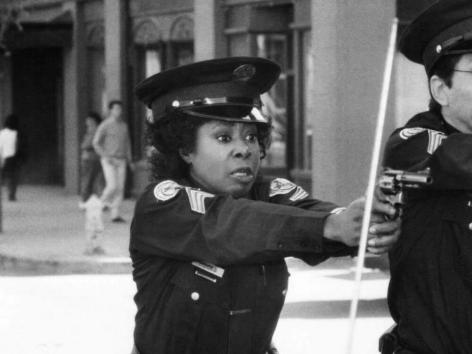 "Schauspielerin Marion Ramsey als Officer Laverne Hooks in ""Police Academy"" (1989). (Bild: imago images/Everett Collection)"
