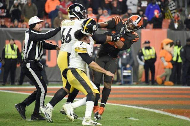 Cleveland Browns defensive end Myles Garrett, right, clobbers Pittsburgh quarterback Mason Rudolph in the head with his helmet while Steelers David DeCastro comes to his teammates' aid (AFP Photo/Jason Miller)