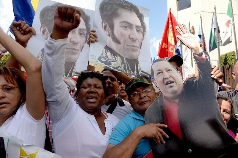 Supporters of Venezuela's late President Hugo Chavez and current President Nicolas Maduro accompany United Socialist Party (PSUV) deputies, outside the Supreme Court of Justice in Caracas, on January 7, 2016 (AFP Photo/Federico Parra)