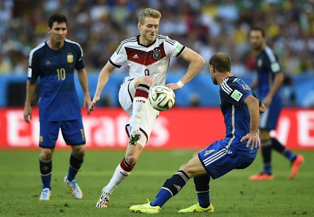Germany's Andre Schuerrle (C) fights for the ball with Argentina's Pablo Zabaleta (R) and Lionel Messi during their 2014 World Cup final at the Maracana stadium in Rio de Janeiro July 13, 2014. REUTERS/Dylan Martinez (BRAZIL - Tags: SOCCER SPORT WORLD CUP)