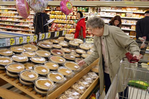Shoppers busily shop for last-minute items as Thanksgiving approaches (Getty)