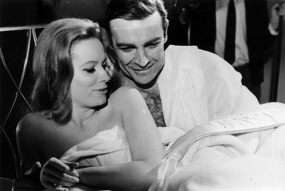 Sean Connery e Luciana Paluzzi em cena de <i>007 contra a Chantagem Atômica</i>, em 1965. (Photo: MacGregor via Getty Images)