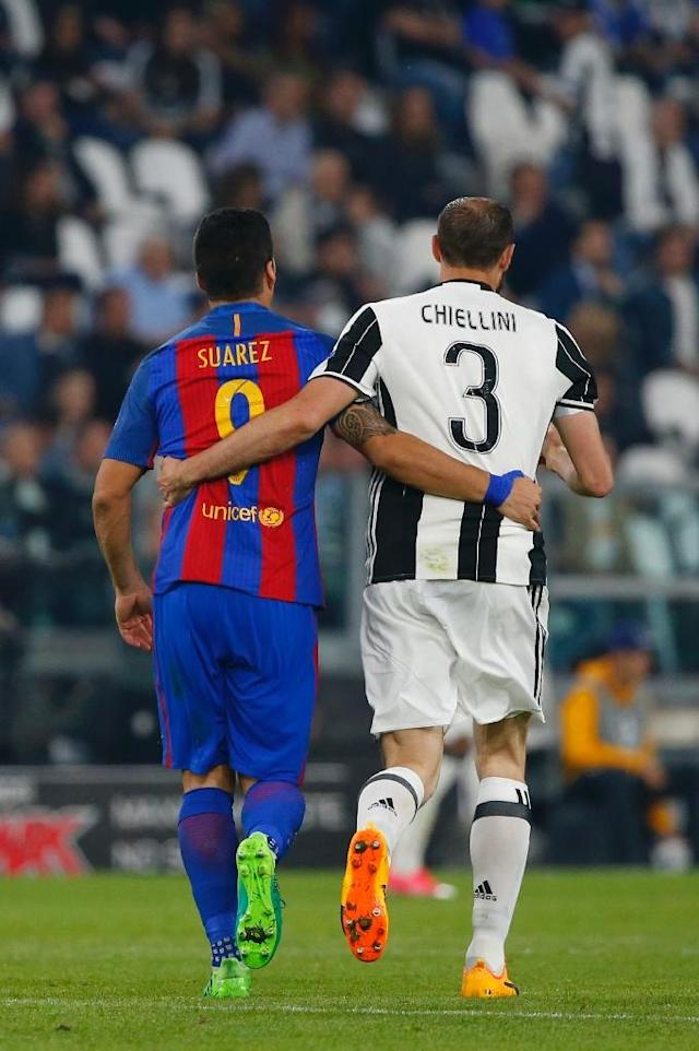 Barcelona's forward Luis Suarez (L) and Juventus' defender Giorgio Chiellini walk together during the UEFA Champions League quarter final first leg football match Juventus vs Barcelona, on April 11, 2017 (AFP Photo/Marco BERTORELLO)